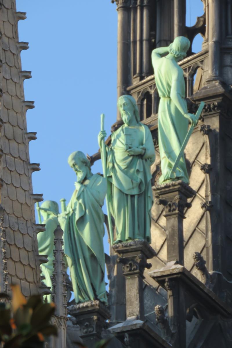 3 apostelen op rij. Viollet-le-Duc staat naar zijn eigen schepping te kijken, meetlat in de hand.