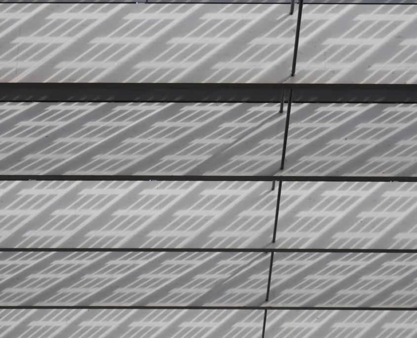 speels schaduwpatroon op de dakbalken