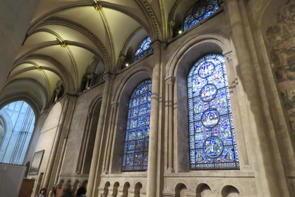 Gehandhaafde Romaanse vensters, erboven een door Willem toegevoegd venstertje