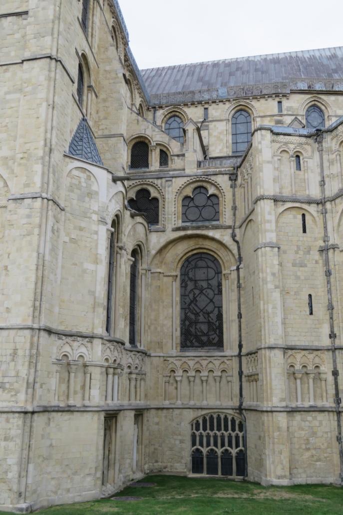 """Groot rondboogvenster van het """"Glorious"""" Choir van Anselm, daarboven het werk van Willem van Sens"""