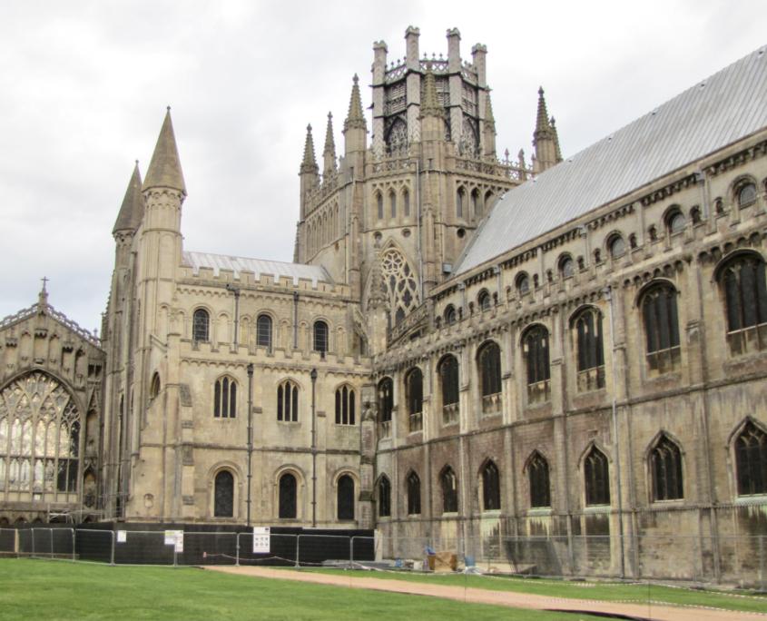 Schip, vieringtoren en transept