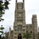 Het markante voorfront van de kathedraal in Ely