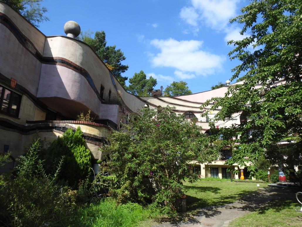 De binnentuin, met het oplopende dak. De bomen tegen de lucht groeien op het dak!