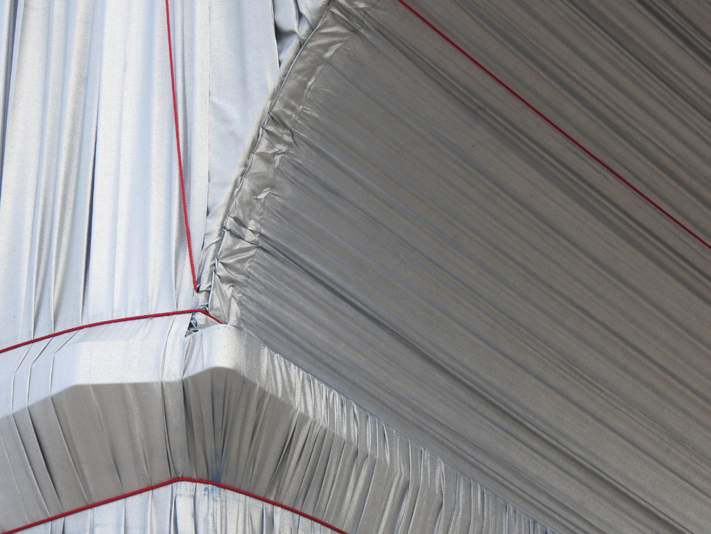 De lap onder de boog verbonden met de hangende doeken